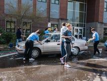 十几岁在地方高中跑慈善洗车 库存照片