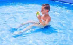 十几岁在水池游泳 库存图片