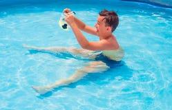 十几岁在水池游泳 库存照片