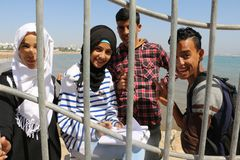 十几岁在海洋在阿加迪尔沿岸航行在摩洛哥 免版税库存照片