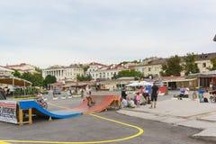 十几岁夏天晚上乘驾在城市街道上踩滑板并且骑自行车 面积的俄国舰队的300周年纪念的庆祝 免版税图库摄影