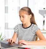 十几岁的女孩为检查做准备 执行少年女孩的家庭作业 库存照片