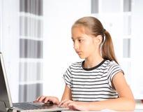 十几岁的女孩为检查做准备 执行少年女孩的家庭作业 库存图片