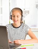 十几岁的女孩为检查做准备 执行少年女孩的家庭作业 免版税图库摄影