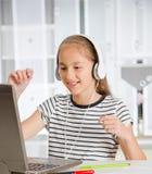 十几岁的女孩为检查做准备 执行少年女孩的家庭作业 免版税库存图片