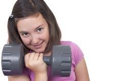 十几岁的女孩举的重量 库存图片