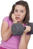 十几岁的女孩举的重量 图库摄影