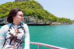十几岁的女孩乘小船旅行 库存图片