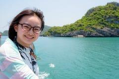 十几岁的女孩乘小船旅行 免版税库存图片