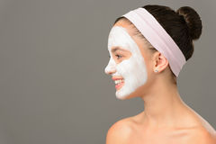 十几岁的女孩化妆用品看面具的秀丽  库存图片