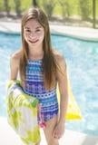 十几岁的女孩去的游泳在一个室外水池在夏天vaction时 免版税库存照片