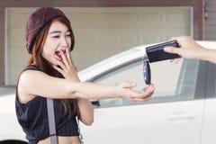 十几岁的女孩可及一辆新的汽车车库 免版税库存照片