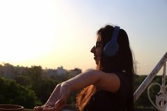 十几岁的女孩听的音乐以有很多享受 免版税库存照片