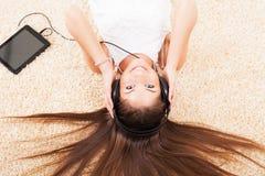 十几岁的女孩听的音乐 免版税库存照片
