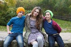 十几岁的女孩和两个男孩 免版税库存图片