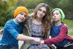 十几岁的女孩和两个男孩 库存照片