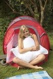 十几岁的女孩和帐篷 免版税库存照片