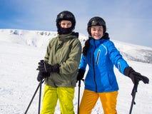 十几岁的女孩和男孩滑雪 免版税库存图片
