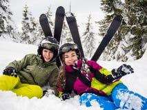 十几岁的女孩和男孩滑雪 库存图片