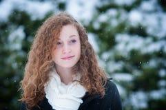 十几岁的女孩在一多雪的天 免版税库存图片