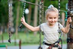 十几岁的女孩在取决于的足迹去在绳索公园 免版税库存图片