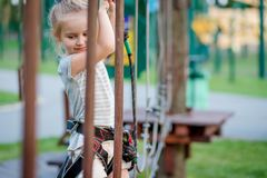 十几岁的女孩在取决于的足迹去在绳索公园 免版税图库摄影