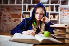 十几岁的女孩在图书馆里 库存图片