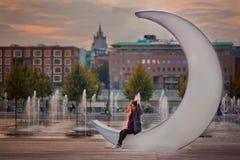 十几岁的女孩在日落的莫斯科 免版税库存图片