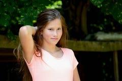 年轻十几岁的女孩在有smilling的表情公园 图库摄影