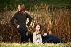 十几岁的女孩在秋天公园 免版税图库摄影