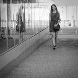 十几岁的女孩奔跑 图库摄影