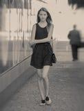 十几岁的女孩奔跑 免版税库存照片