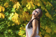 十几岁的女孩微笑,当掀动转回去时 图库摄影