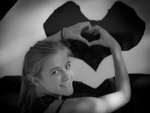 十几岁的女孩手心脏 免版税库存照片