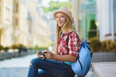 十几岁的女孩旅行在欧洲 旅游业和假期概念 免版税库存图片