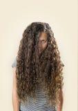 十几岁的女孩有坏头发天 库存照片