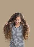 十几岁的女孩有坏头发天 免版税库存图片