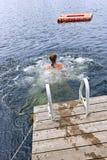 十几岁的女孩游泳在湖 库存照片