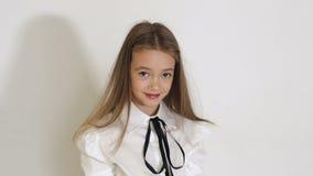 十几岁的女孩画象有长发的在白色背景的演播室 股票视频