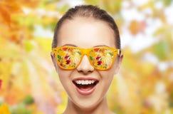 十几岁的女孩的愉快的面孔太阳镜的 库存照片