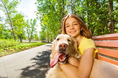 十几岁的女孩的接近的画象有愉快的狗的 免版税库存照片