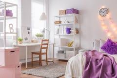 十几岁的女孩的舒适室 免版税库存图片