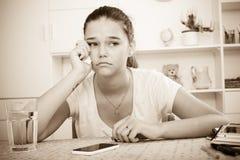 十几岁的女孩等待呼叫 库存照片