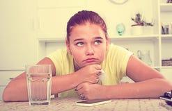 十几岁的女孩等待呼叫 免版税库存图片