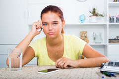 十几岁的女孩等待呼叫 免版税库存照片