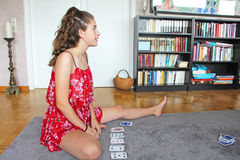 十几岁的女孩纸牌 免版税库存照片
