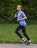 十几岁的女孩赛跑 库存照片
