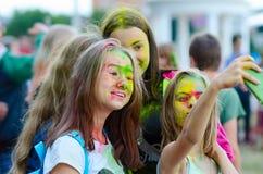 十几岁的女孩采取selfie在Holi节日期间在戈梅利,白俄罗斯 图库摄影
