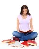 十几岁的女孩阅读书 图库摄影