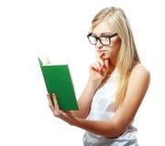 十几岁的女孩阅读书 免版税库存照片